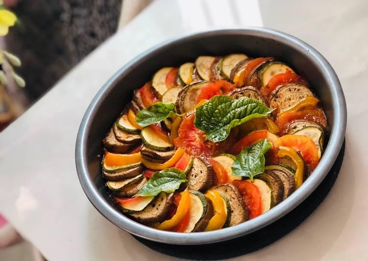 cà tím, cà chua, bí ngòi, ớt chuông, hành tây, cà rốt, cà chua, ớt chuông