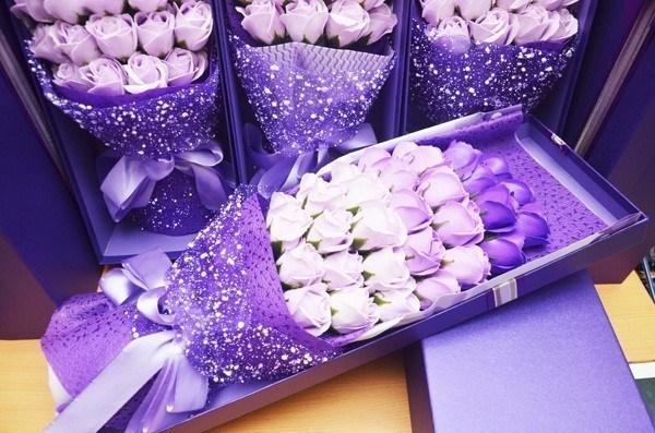 yêu thích màu sắc của những bông hoa hồng sáp đẹp